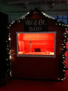 Julebod med lys og pynt gør dit julemarked fuldendt. En transportabel salgsbod til diverse events.